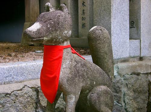 Estatua de perro con babero.