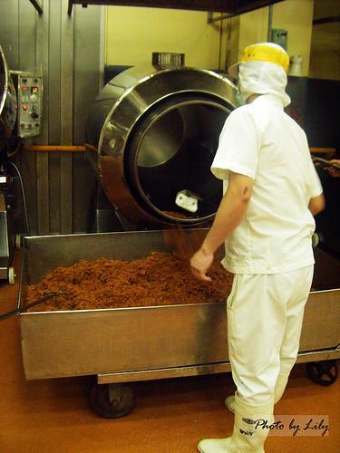 將肉鬆由蒸氣炒鍋中取出。