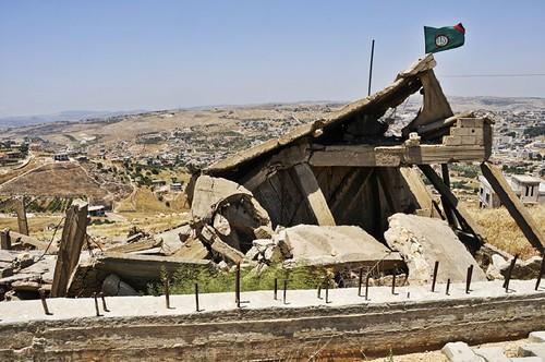 Bent Jbeil-drapeau Amal-maison détruite par Israël