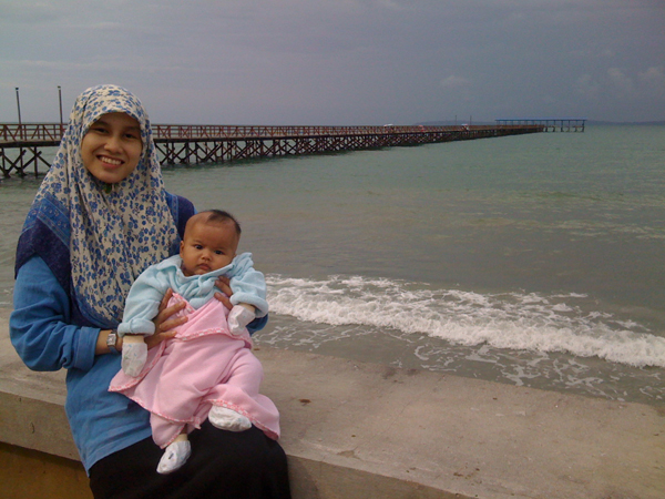 Auni dan ibu kat pantai sawangan.... Bagi Auni merasa angin laut...