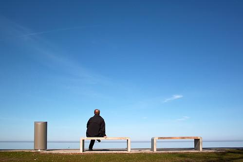 På en bänk vid havet.