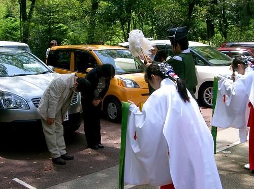 Atsuta-Jingu.  Bendiciendo los automóviles.