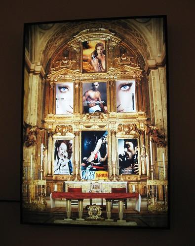 Retablo sobre la religión del Consumo. Obra artística expuesta en la Casa Gongora.