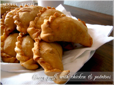 Curry puff with chicken & potatoes