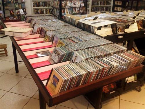 Promoção de CDs a 5 reais. Bancada 2
