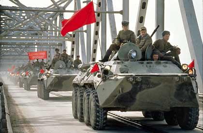 El último regimiento soviético cruza el Puente de la Amistad de regreso a casa