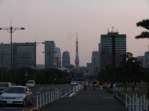 La Tokyo Tower vista dalla zona del castello di Edo