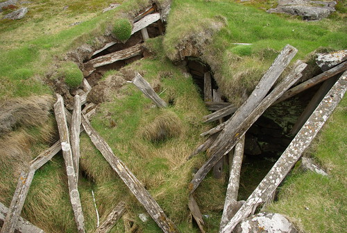 When turf rooves collapse.......they do so inside the building and before the walls. This explains why a typical sequence might have collapse from the walls sealing more indistinct collapse (roof)- and all kinds of humic / woody stuff beneath that (roof structure).