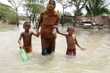 Bangladesh - women moves with children after Cyclone Aila hits - Photo : Abir Abdullah /Oxfam