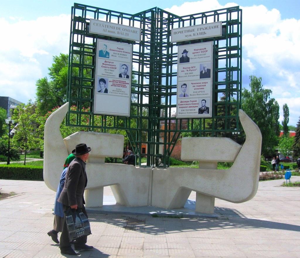 Monumentul Secera si Ciocanul din Balti (2009)