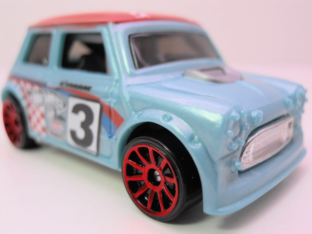 hot wheels morris mini baby blue (2)