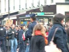 CRS perdu au milieu des manifestants