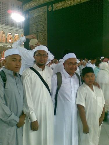 Bertemu Prof Dr Muhd Kamil dan anak2nya pada pagi Subuh hari terakhir di Mekah. Secara kebetulan beliau berada di Mekah, berhubung dgn Tn Haji Zaim dan kami berjumpa setelah solat Subuh.