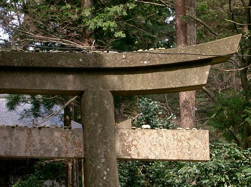 Chuson-ji. Torii con piedras encima.