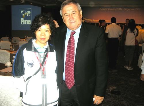澳李富嬋教練與FINA執行董事CARNELMARCULESCU 攝於會議上