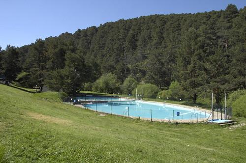 Las inmediaciones de la piscina son muy utilizadas para tomar el sol