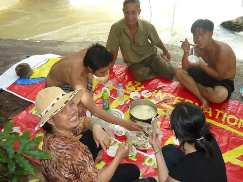 Anh Hùng - người mặc đồng phục ngồi ở giữa