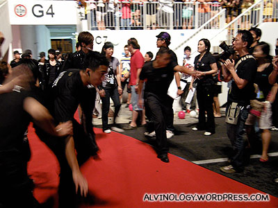 Show Luo entering to perform next