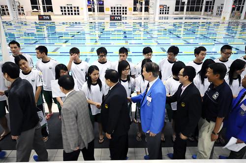 47HKM10港澳代表隊負責人向運動員行握手禮