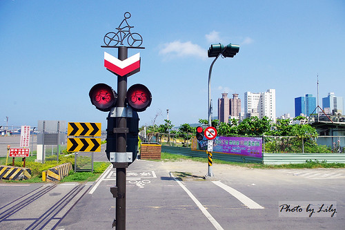 高雄新光碼頭旁腳踏車道的號誌燈。