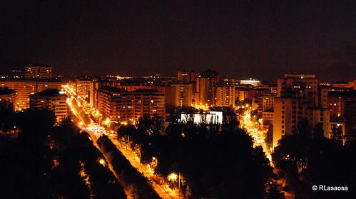 Vista nocturna sobre la Avenida de Pío XII y la Avenida de Barañáin desde el Edificio Singular