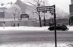 Bernauer Strasse esquina con Brunnenstrasse,  Berlín, c.27 diciembre 1964