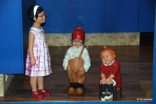 Muñecos en un escaparate en la Avenida de Pío XII.