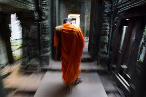 Biksu muda Pheakhdey, 24 berjalan di dalam Angkor Wat di Siem Reap, Kamboja. Foto-foto tentang biksu muda bernama Pheakhdey diambil di Siem Reap, Kamboja. Berkisah tentang dirinya yang belajar bahasa Inggris dan mengajarkannya kembali kepada anak-anak yang tinggal di asrama Vihara tempat ia tinggal. Diwaktu luangnya ia pergi ke situs Angkor Wat untuk melihat-lihat wisatawan dan belajar dari para tur guide karena dimasa depan ia bercita-cita menjadi tur guide.