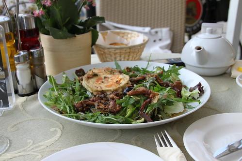 Sałata z kurkami i kozim serem