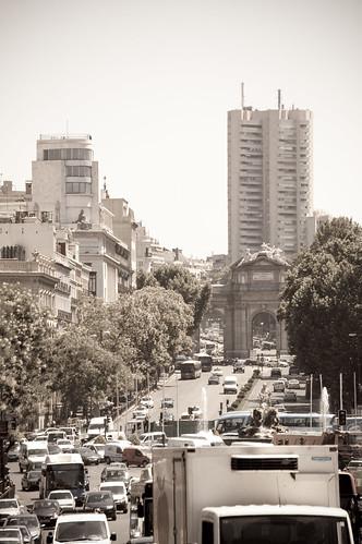 La puerta de Alcalá rodeada de tráfico