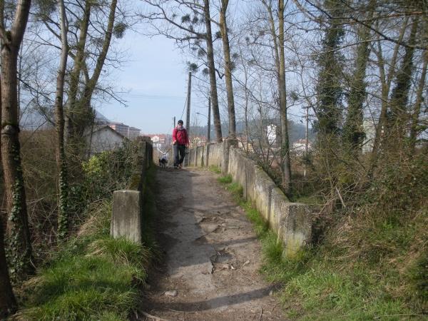 Foto 2 - Cruzando el puente de hormigón sobre el Nervión