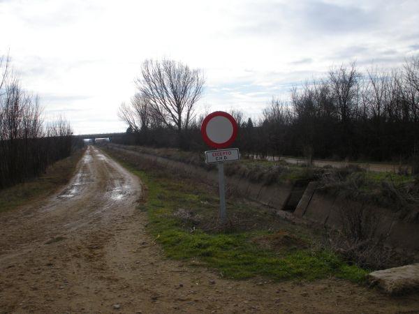 Camino embarrado en la acequia de Palencia