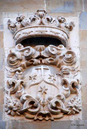 Escudo de armas situado en la fachada de la Iglesia de los Descalzos, en la calle del mismo nombre.