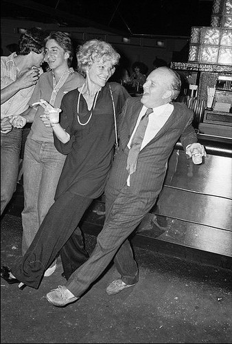 Truman Capote at the bar with a friend at Studio 54 in 1977. von Yoko Ono official.