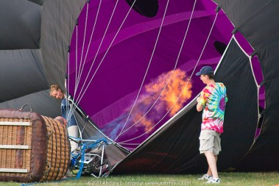 Handlers adding hot air to the balloon