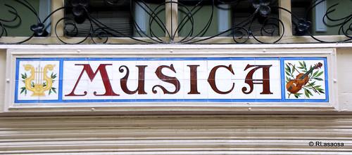 Detalle de la fachada de la antigua «Casa Luna», comercio de instrumentos musicales en la Calle Eslava