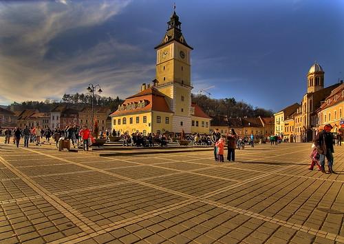 Plaza del Ayuntamiento en Brasov, ciudad a los pies de los Cárpatos en Rumanía