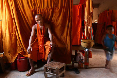 Pheakhdey di biliknya di Vihara di Siem Reap, Kamboja.