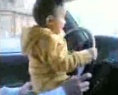 Bebé al volante. Con esas ideas estamos criando a los niños.