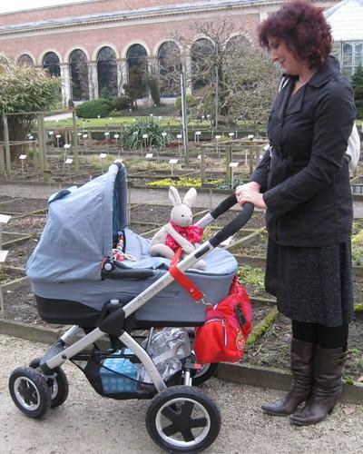 een gelukkige oma in het park