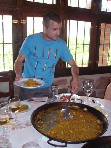 DJB sirviéndonos un arroz de marisco