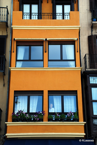 Colorista fachada de un edificio de la Plaza del Castillo.