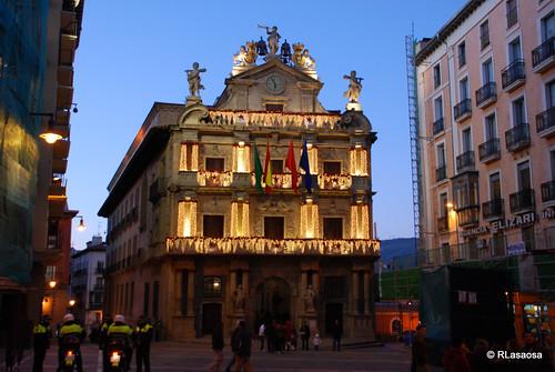 Fachada del Ayuntamiento y Plaza Consistorial al atardecer