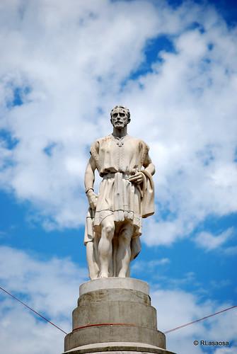 Monumento homenaje a Julián Gayarre en los Jardines de la Taconera, vestido como en la ópera «El Pescador de Perlas»