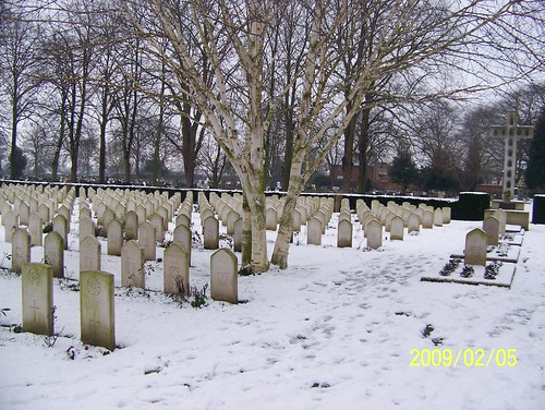 Wars graves at Newark Cemetery UK by friendsofnewarkcemetery.