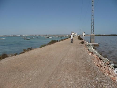 Un ciclista en el sendero de los molinos
