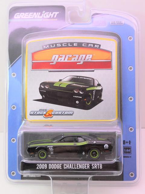 greenlight muscle car garage stock & custom 2009 dodge challenger srt8 (1)