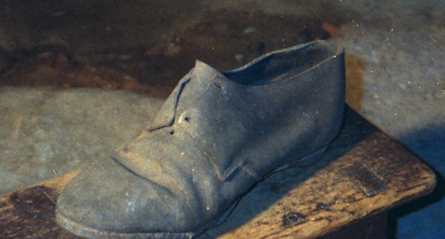 Shoes Hidden in Old Houses to Ward off Evil Spirits... (1/2)