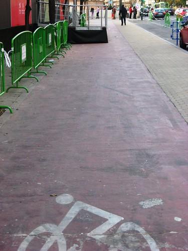 Una escalera en mitad del carril bici del Paseo de la Victoria