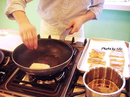 將酥皮下鍋油煎。